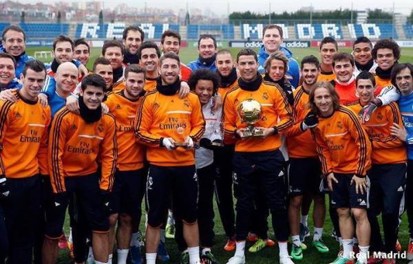 رونالدو يستعرض الكرة الذهبية مع لاعبي ريال مدريد