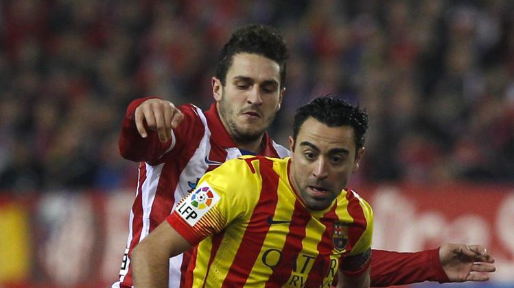 تشافي هيرنانديز لاعب برشلونة في مباراة أتلتيكو مدريد
