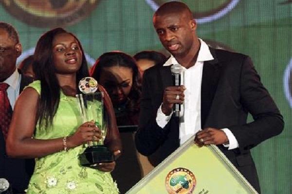يايا توري يتسلم جائزة أفضل لاعب افريقي