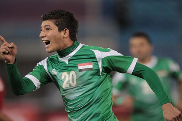 العراقي ضرغام إسماعيل يركض فرحاً بهدفه في مرمى المنتخب السعودي