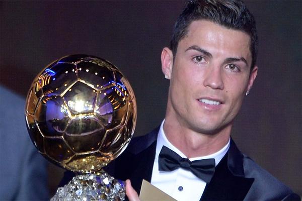 رونالدو لحظة تسلمه الكرة الذهبية