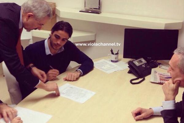 جانب من مراسم التوقيع بين اللاعب وناديه الجديد