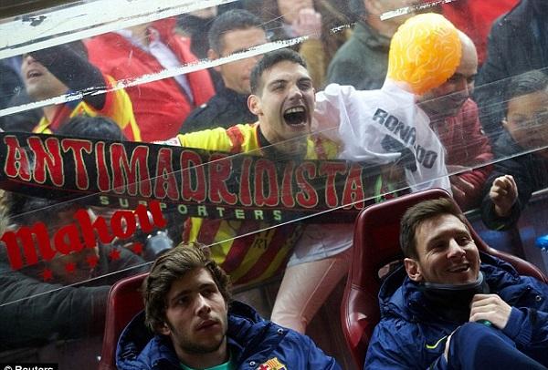جماهير أتلتيكو مدريد تستفز ميسي بدمية لرونالدو