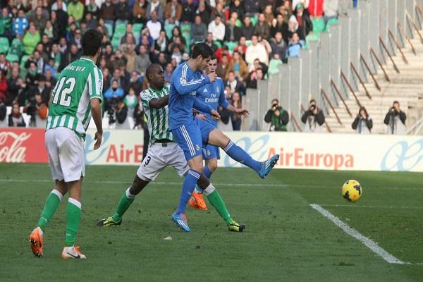ألفارو موراتا يسجل الهدف الخامس لريال مدريد امام بيتيس