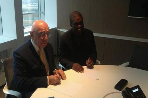 الإيطالي أدريانو غالياني نائب رئيس ميلان الإيطالي مع الهولندي كلارنس سيدورف لحظة التوقيع على العقد الجديد