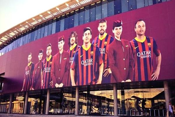 لاعبو برشلونة بقميص الخطوط القطرية على جنبات ملعب كامب نو