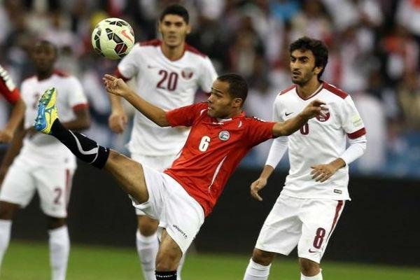 صراع على الكرة بين لاعبي اليمن وقطر