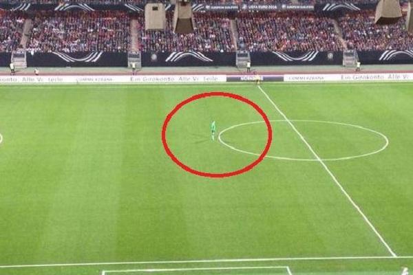 ارس المنتخب الالماني مانويل نوير يقف في منتصف الملعب