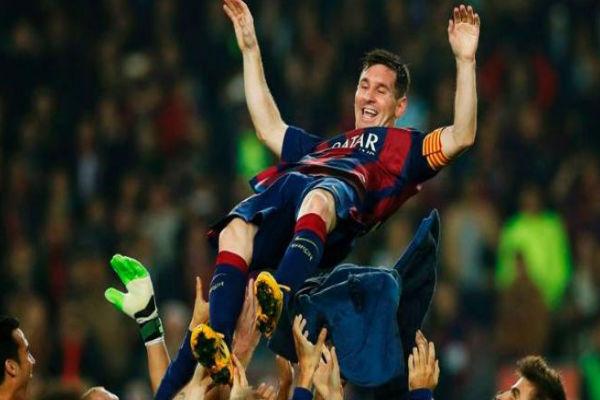 لاعبو برشلونة يحتفلون بميسي هداف الليغا التاريخي