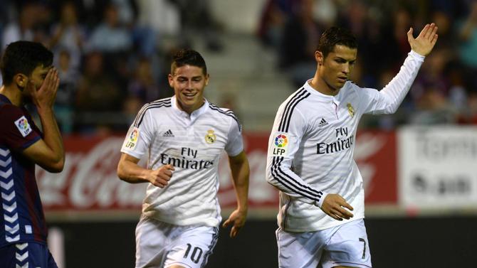 كريستيانو رونالدو وخاميس رودريغيز يحتفلان بأحد الأهداف في مرمى إيبار
