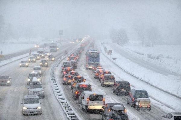 آلاف السيارات العالقة في الطرقات بسبب الثلوج في جبال الألب الفرنسية