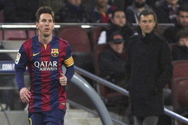 ميسي وخلفه مدرب برشلونة لويس إنريكي