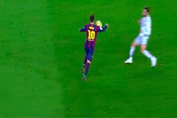 ميسي ينفي لمسه الكرة بيده قبل هدف سواريز في أتلتيكو
