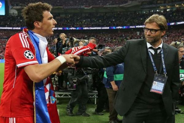 كلوب يصافح ماندزوكيتش بقميص بايرن قبل رحيله لأتلتيكو مدريد