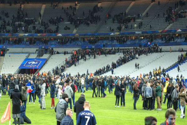 جماهير مباراة فرنسا وألمانيا فوق أرضية الملعب بعد سماع أصوات الانفجارات
