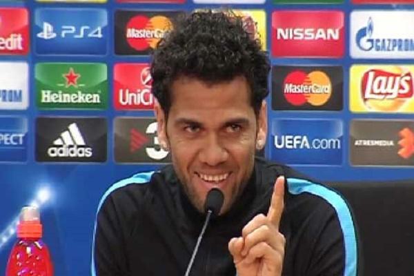 النجم البرازيلي داني ألفيس الظهير الأيسر لنادي برشلونة الإسباني