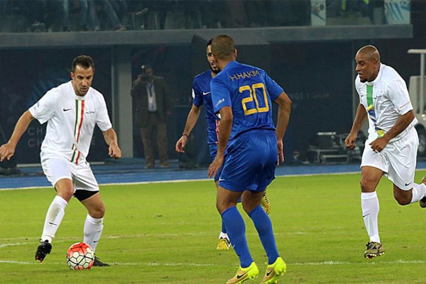 جانب من المباراة بين نجوم الكويت ونجوم العالم
