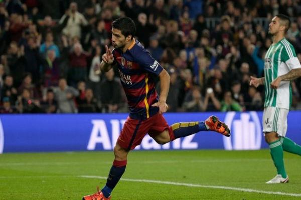 لويس سواريز سجل هدفين في فوز برشلونة على ريال بيتيس