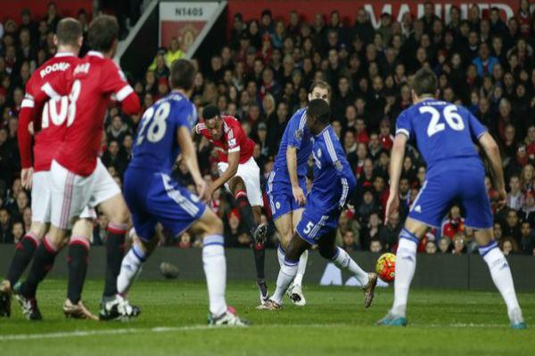 من إحدى محاولات مانشستر يونايتد الهجومية بقيادة مارسيال على مرمى البلوز