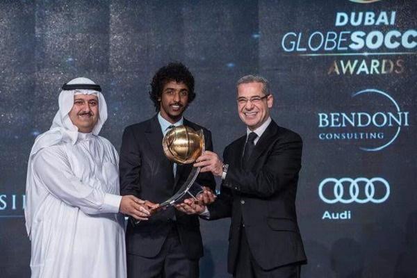 اللاعب السعودي ياسر الشهراني يتوج بجائزة غلوب سوكر لأفضل لاعب خليجي