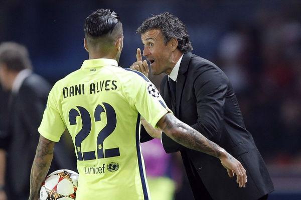 لويس إنريكي يريد تمديد عقد ألفيس ورئيس برشلونة يعارض