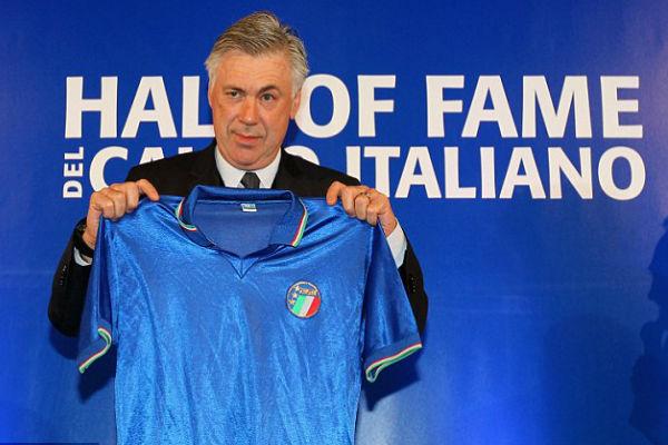 أنشيلوتي يحمل قميص منتخب بلاده الإيطالي
