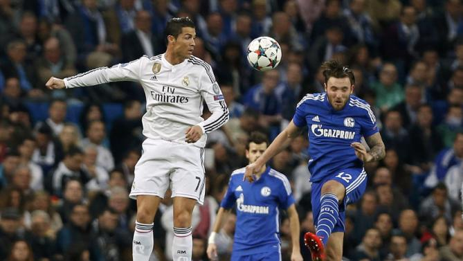 صراع على الكرة بين لاعبي ريال مدريد وشالكه