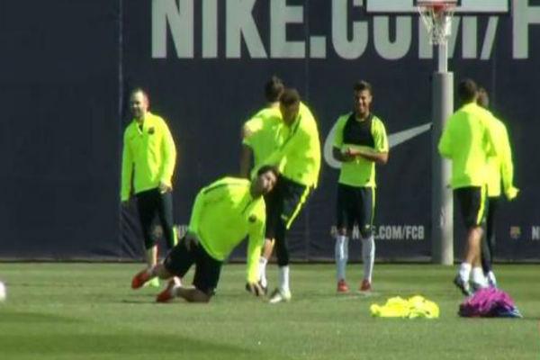 نيمار يركل سواريز بطريقة مثيرة للضحك في تدريبات برشلونة