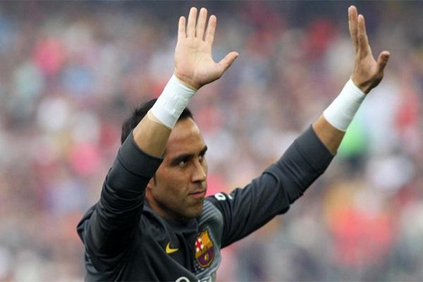 الحارس التشيلي كلاوديو برافو حارس مرمى فريق برشلونة الإسباني