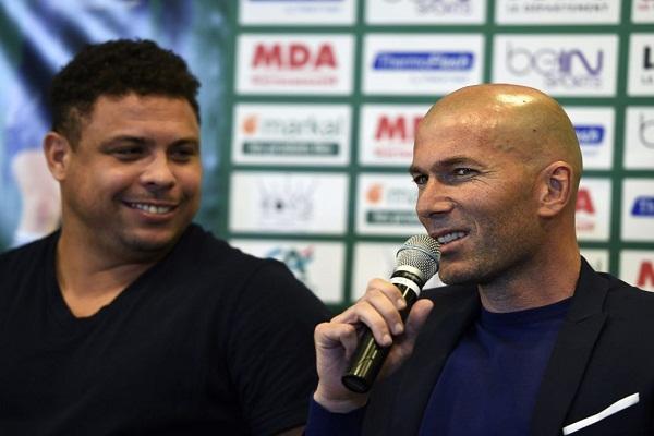 أسطورة كرة القدم الفرنسية زين الدين زيدان رفقة البرازيلي رونالدو