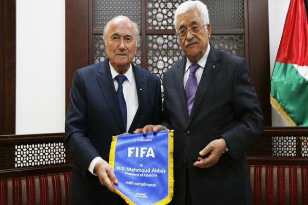 الرئيس الفلسطيني محمود عباس مع رئيس الفيفا جوزيف بلاتر