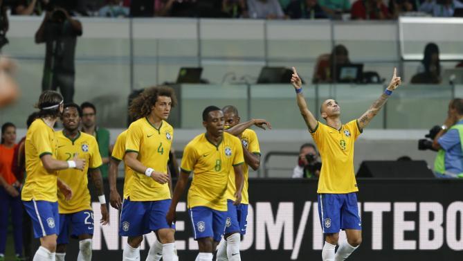 فرحة لاعبي البرازيل بهدف دييغو تارديللي