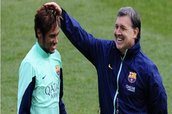 تاتا مارتينو يداعب نيمار عندما كان مدرباَ لبرشلونة الموسم قبل الماضي
