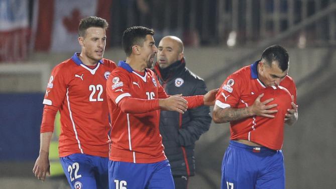 فرحة لاعب تشيلي ميديل بهدفه في شباك بوليفيا