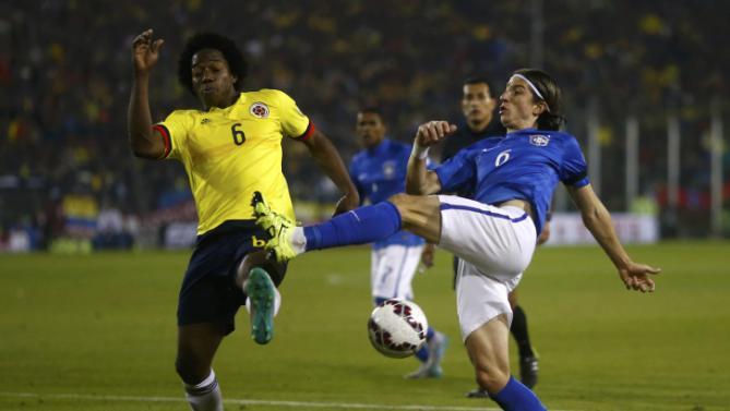 صراع على الكرة بين لاعبي البرازيل وكولومبيا