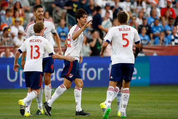 النجم البرازيلي كاكا خلال احتفاله مع زملائه ضد توتنهام