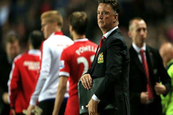 مدرب مانشستر يونايتد فان غال يواجه خطر الإقالة في أي وقت