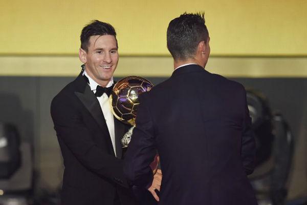 كريستيانو رونالدو يهنئ ميسي بفوزه بجائزة الكرة الذهبية 2015