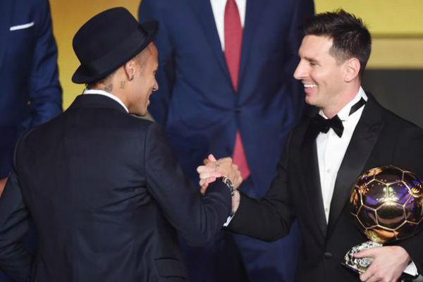 ميسي يصافح زميله في برشلونة نيمار وبحوزته الكرة الذهبية