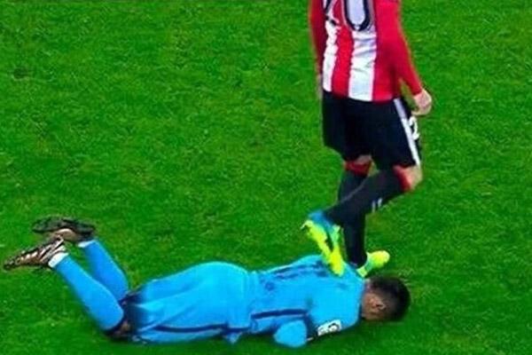 نيمار تعرض لدهس عنيف على ظهره من طرف أرتيز أدوريز