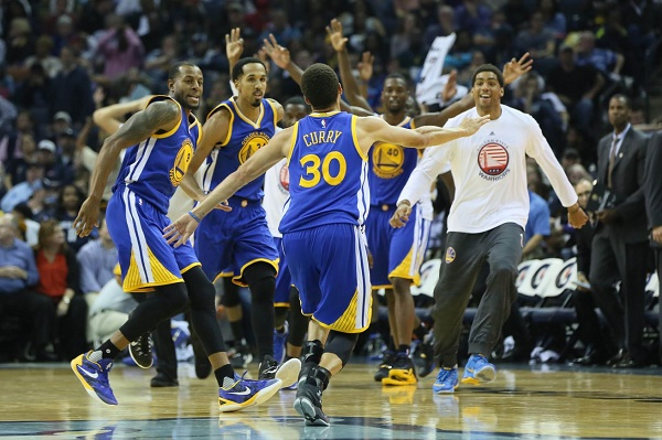 كوري يذل ليبرون في أرضه بدوري السلة الأميركي