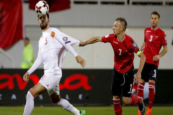 بيكيه في مباراة إسبانيا وألبانيا