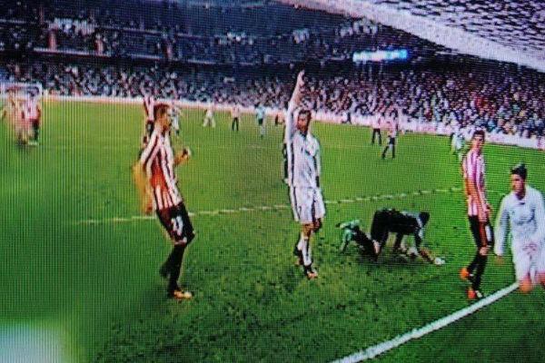 كريستيانو رونالدو يرفع يده في لقطة مثيرة بعد هدف موراتا مباشرة