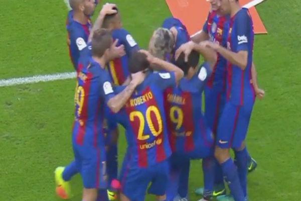 لحظة سقوط زجاجة المياه على رأس لاعبي برشلونة