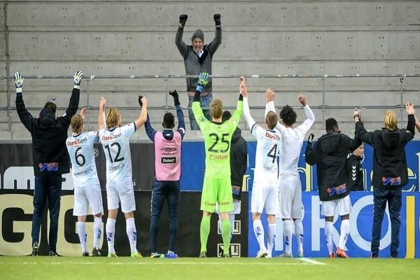 مشجعٌ وحيدٌ يتابع مباراة فريقه في الدوري السويدي