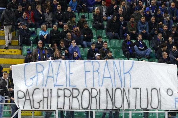 لافتات إنتر ميلان في مباراة كروتوني بالكالتشيو