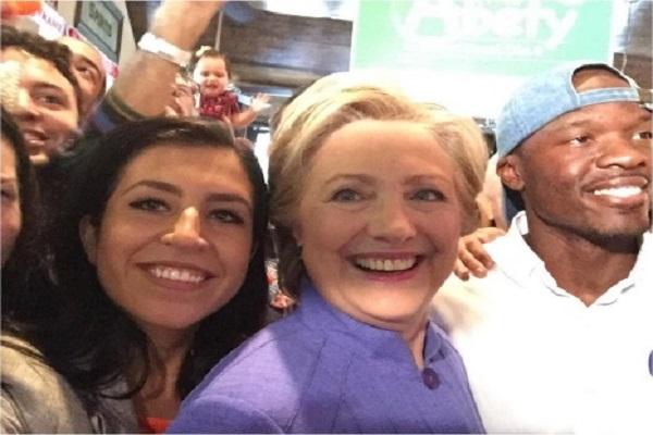 كلينتون تكشف عن عشها لنادي آرسنال رغم انشغالها بالحملة الانتخابية