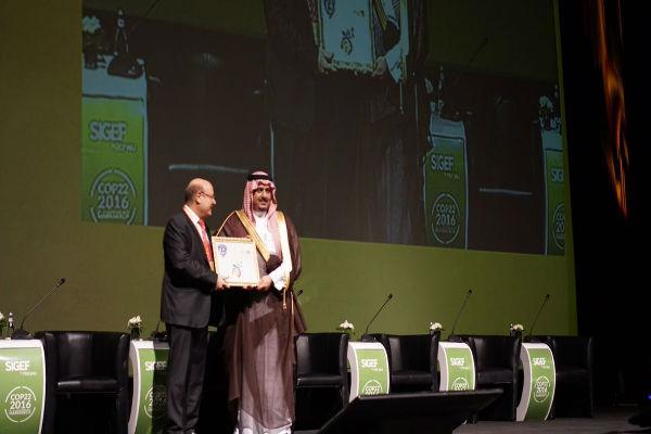 الأمير نواف بن سعد يستلم جائزة التميز من منظمة هوريو