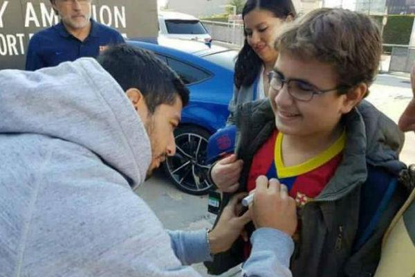 لويس سواريز يوقع على قميص الطفل الفلسطيني