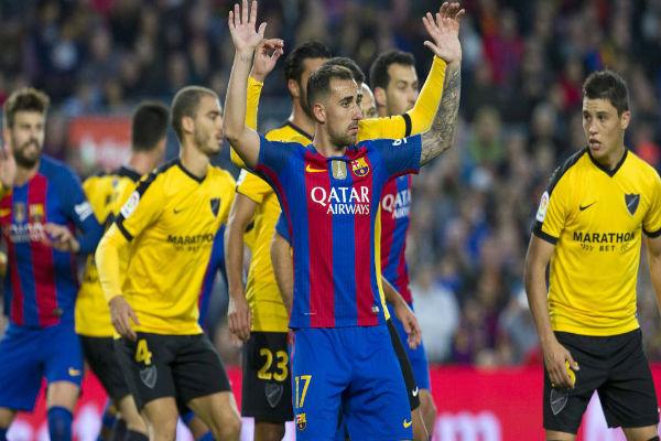 باكو ألكاسير في لقاء برشلونة وملقة مستسلماً